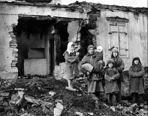 На папялішчы хаты, спаленай немцамі