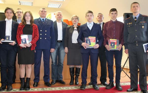 Паспорта вручает космонавт Олег Новицкий